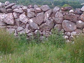 Feídin wall in Maghera with a double base wall of small stones and a single top wall with larger stones